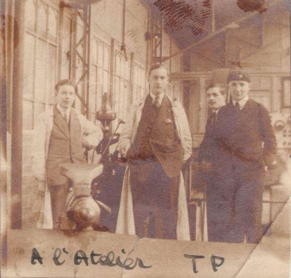 """Un groupe d'étudiants se préparant à pratiquer d'étranges expériences en """"atelier TP""""... Première moitié des années 1920 - DR/Coll. privée."""